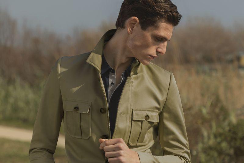 Wie man eine Field Jacket trägt