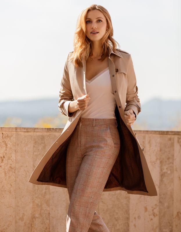 woman linen pants